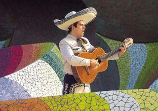 Guanajuato_dQ_guitarist_with_mosaic